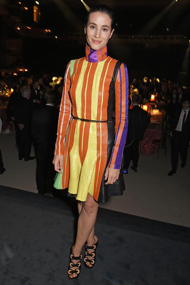 オレンジ、イエロー、パープルなど、鮮やかなカラーリングのドレスは、たくさんの人があつまるイベントシーンでも目立つこと間違いなし。足元は華奢なシューズをイン! カラータイツと合わせても可愛い。