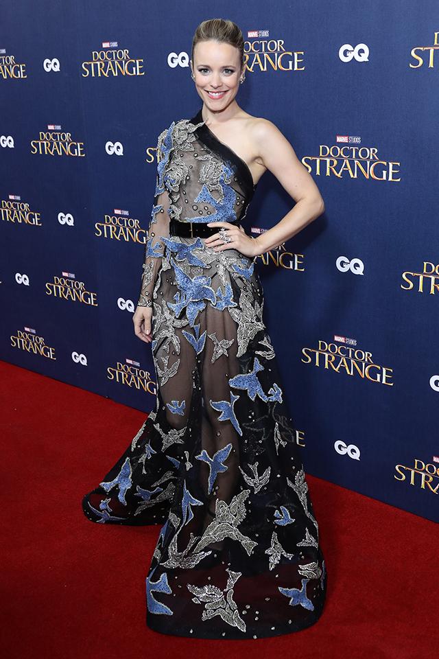 大人の魅力を振りまいたのはレイチェル・アダムス。ブラック×シルバー×ネイビーのドレスは、シックでモードな雰囲気を演出してくれる。ワンショルダーのデザインもトレンドがあってグッド♪