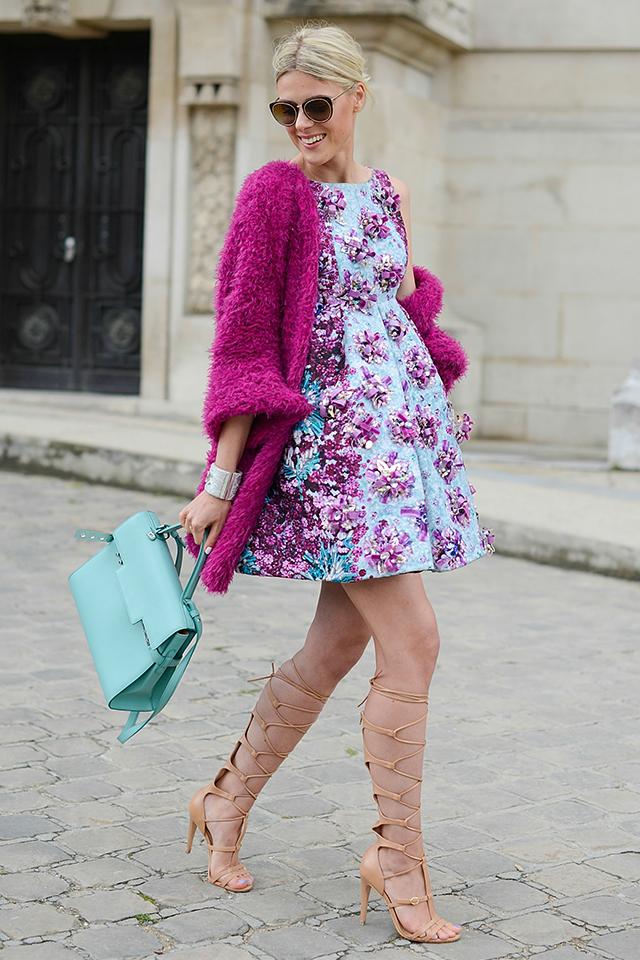 立体的な花が全面に散りばめられたドレスがフェミニンでもあり、ガーリーな印象を演出。春の訪れを感じさせるようなカラー使いは、人が集まるシーンでも目立つこと間違いなし。足元はヌーディに仕上げて抜け感を。