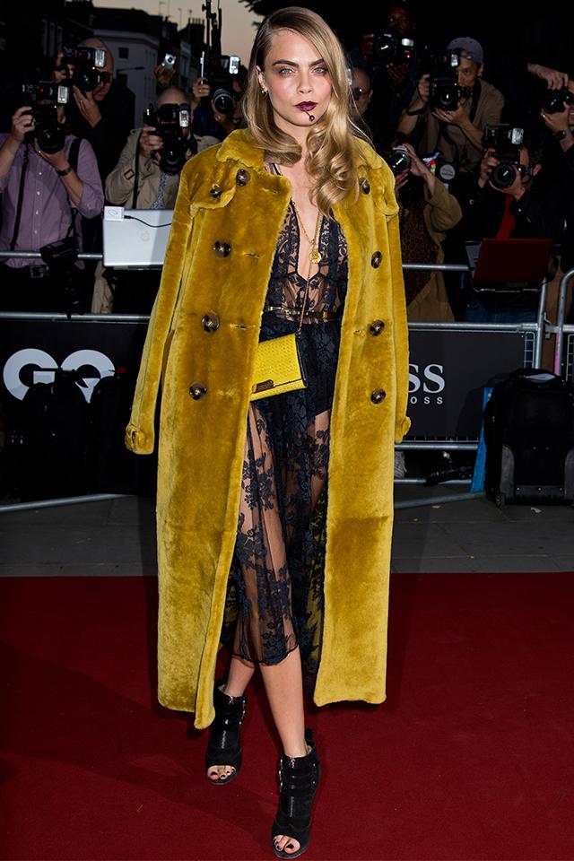 女優として活躍するカーラ・デルヴィーニュは、ベルベットの質感で華やかさをプラス。ブラウンとマスタードの組み合わせは、モード感も、周りにかぶらない新鮮さもある。ゴージャスなヘアスタイルも雰囲気を盛り上げる。