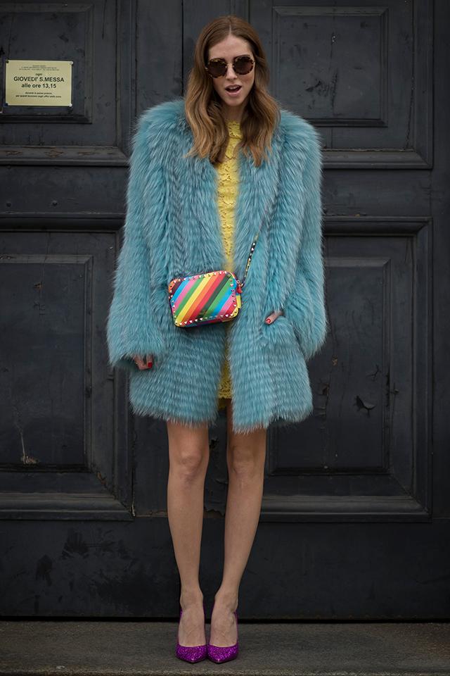 ブロガーのキアラ・フェラーニは、ゴージャスなファーアウトを! モノトーンのクラシックなタイプではなく、カラーファーを選ぶあたりが、さすがのセンス。インナーのドレスも小物類もカラーアイテムでまとめた遊び心は、ドレスアップスタイルに欠かせない。