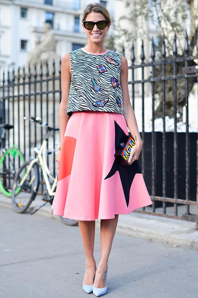 可憐に彩るピンクにスターモチーフなどを大胆にデザインしたフレアスカートを主役にスタイリング。トップスはコンパクトにまとめつつも、目を引くグラフィック模様で華やかな印象を忘れずに。