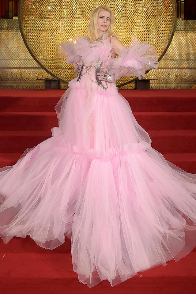 ボリューム感あるチュールドレスはペールピンクでフェミニンムード。ハーネスのようなメタリックアクセサリーをレイヤードして辛口なエッセンスをプラス。そのミックス感が洗練さを高める。