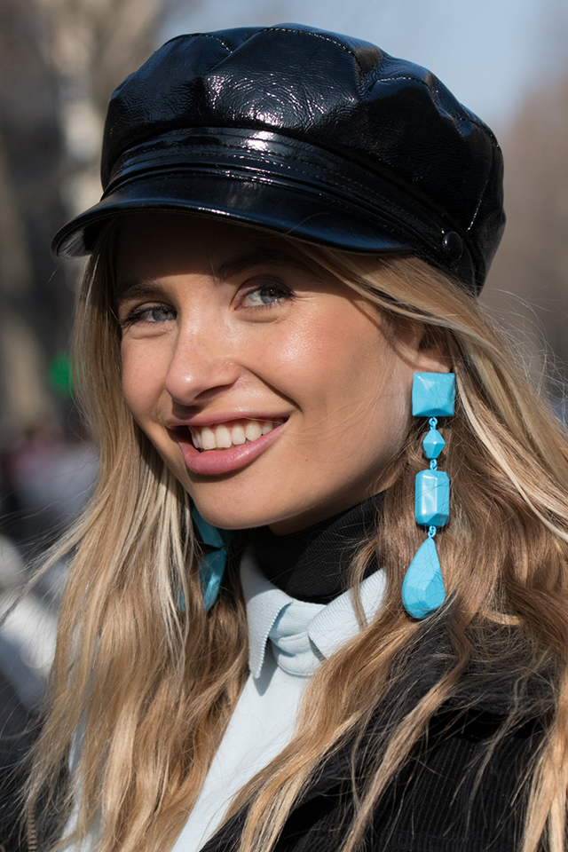 モノトーンルックにポップなブルーのイヤリングがGOOD。どこかおもちゃのようなニュアンスがおしゃれさを後押ししてくれる。カラーイヤリングは表情に華やかさも演出してくれる。