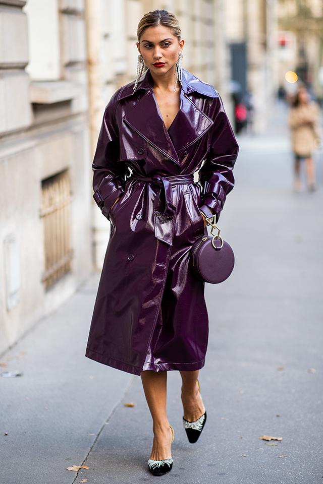 ワンピースのように着こなしたエナメルアウターは、1枚でスタイルが完成するから色使いで自分らしく。パープルなら女性らしい印象に仕上がる。デコルテや足首を見せて抜け感を作ることで、ワンランク上のスタイリングに。