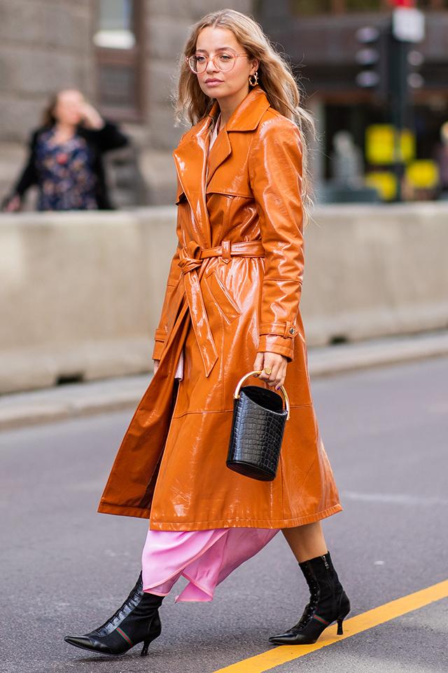 ヴィンテージ感あるオレンジブラウンのエナメルコートは、ガウンのように着こなして。裾からのぞくピンクのドレスとの合わせ方も可愛い。小物類はブラックでまとめて、モードな味付けに◎