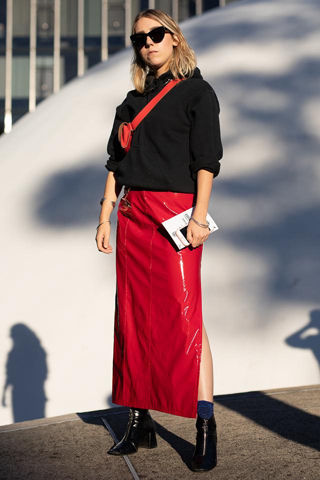 存在感抜群のエナメルスカートは、ベーシックなアイテムとコーディネイトすることでデイリーに取り入れやすくなる。スカートとセイムカラーのウエストバッグで、今っぽさをプラスして。