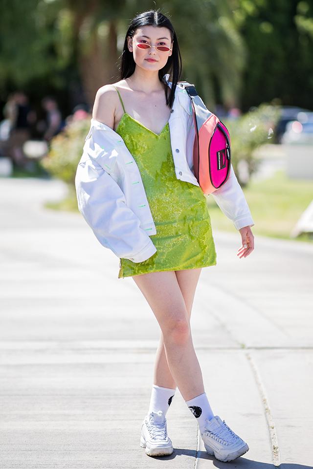 大胆なスリップドレスはスポーティなアイテムと合わせて、ヘルシーさをトッピングしつつ、ストリート感を演出して。楕円形のフレームのサングラスがユニークな表情を見せてくれる。