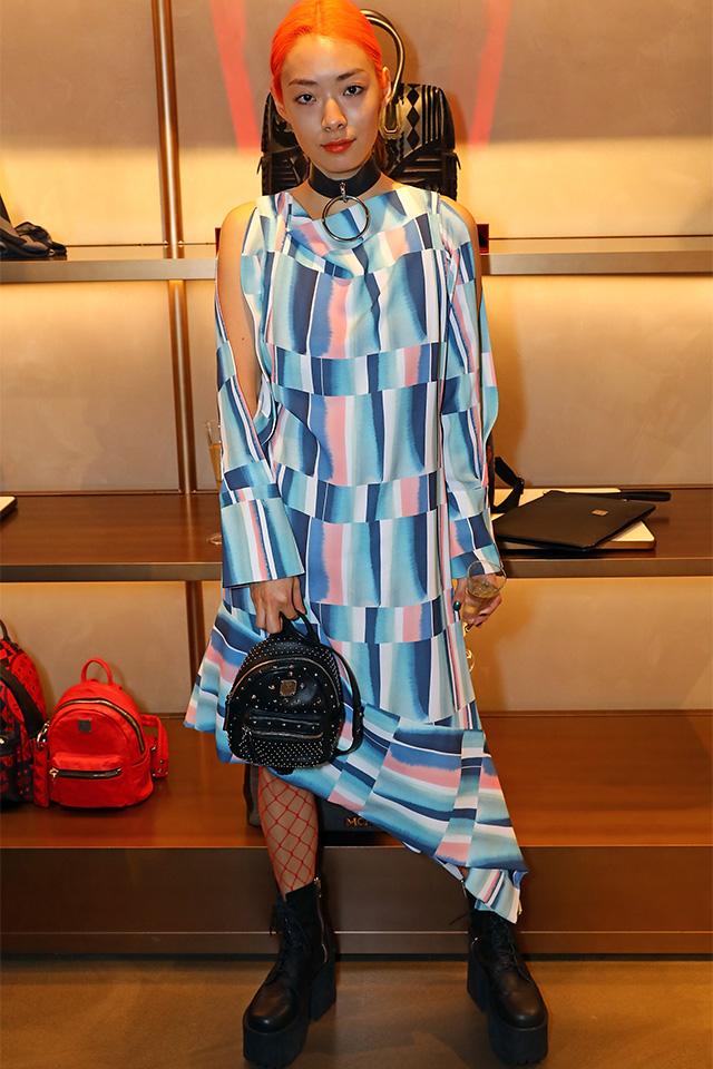裾がアシンメトリーになったitなドレスのデザインを、網タイツでうまく生かした上級スタイル。色をヘアとマッチさせたテクニックも真似したいポイント。