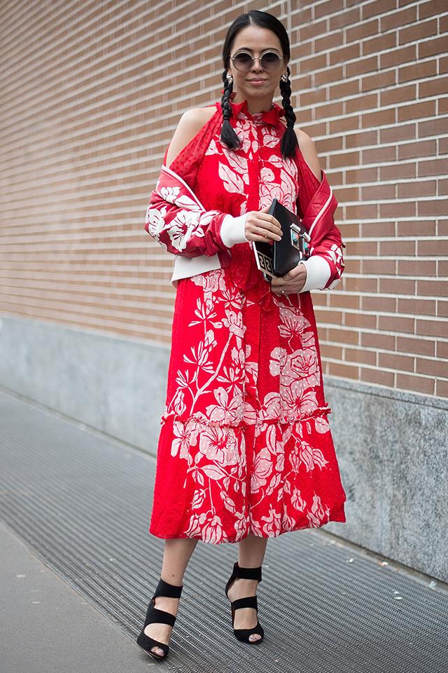 オリエンタルな雰囲気が漂う花柄ドレスに、同じく花柄のアウターをオン。抜き襟で着こなしたスタイルが今っぽい! ブラック小物で全体を引き締め、三つ編みでキュートなエッセンスもプラスして。