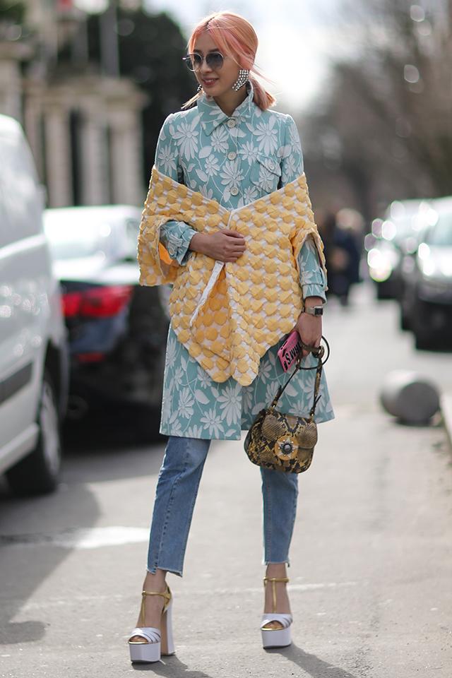 髪型をはじめ、そのスタイルがいつも注目を集めるモデルのアイリーン・キム。ピンクカラーのヘアスタイルにもマッチするパステル調のシャツワンピースをデニムとレイヤードしたコーディネイトはおしゃれ。