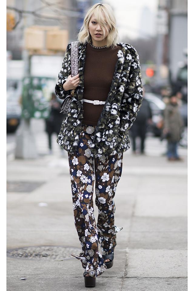 モデルのパク・スジュは花柄のセットアップスタイルを披露。透け感のある素材がトレンド感を高めつつ、レディライクさを演出してくれる。モノトーンならモードな雰囲気もあり。