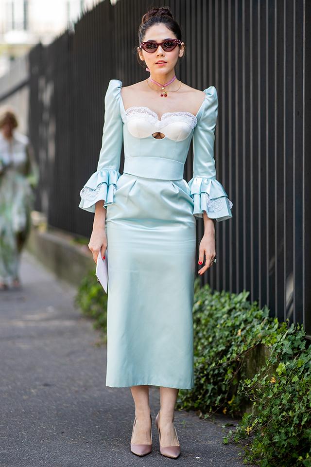デコルテが強調されたドレスは、袖部分のインパクトあるフリルデザインでヴィンテージ感が高まり、プリンセスのような雰囲気。コテコテにならないように、ミニマルな小物を合わせたところが◎。