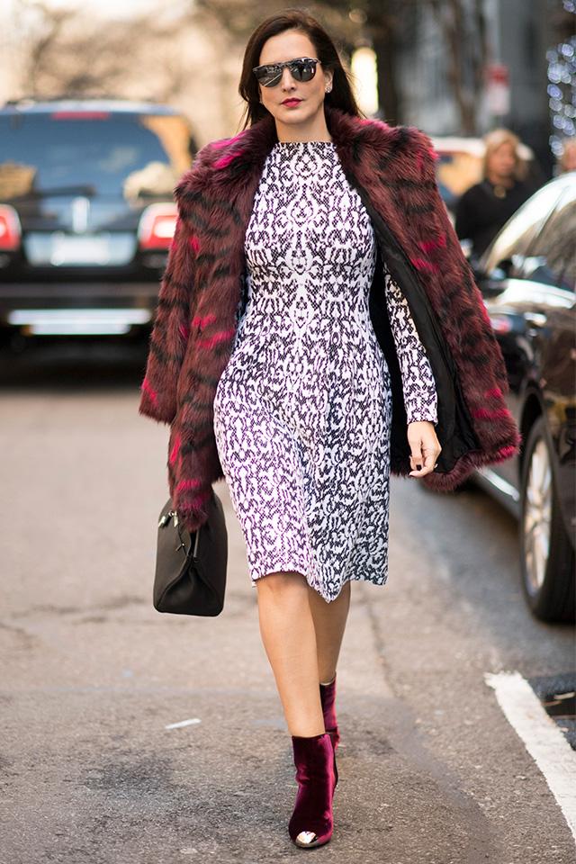 ファーコートを肩掛けにする余裕は、まさに大人の女性ならでは! インナーはタイトなシルエットをキープして、ボリューム感あるファーとのコントラストを強くして。ベルベットのショートブーツもモードな雰囲気に一役買っている。