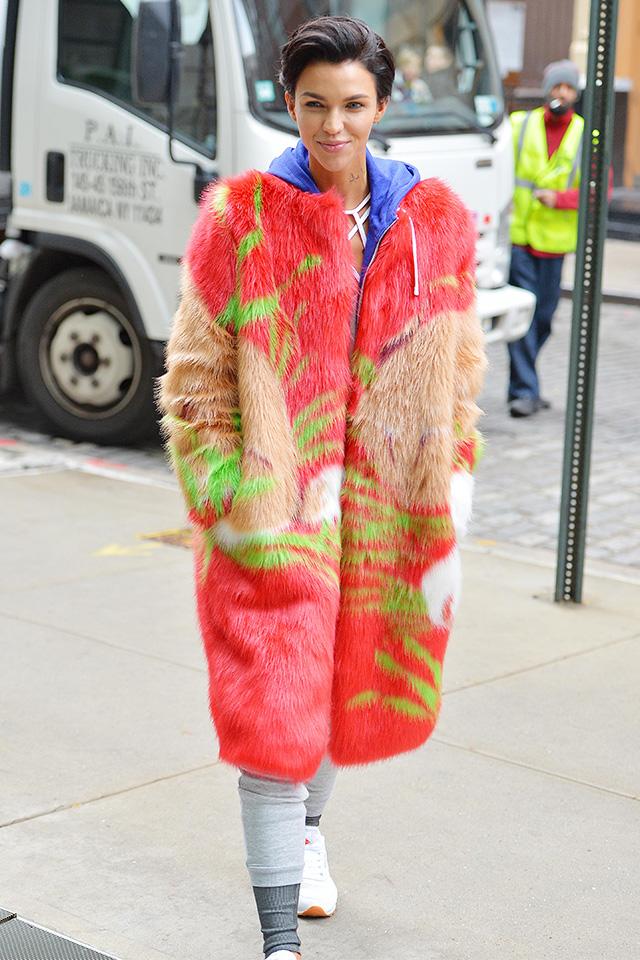 鮮やかなカラー使いが印象的なファーコートは、ゴージャスさとは一線を画したストリートなスタイルが楽しめる。フーディー×スウェットと、ワークアウトに行くようなスタイルに羽織るだけでもばっちりおしゃれに!