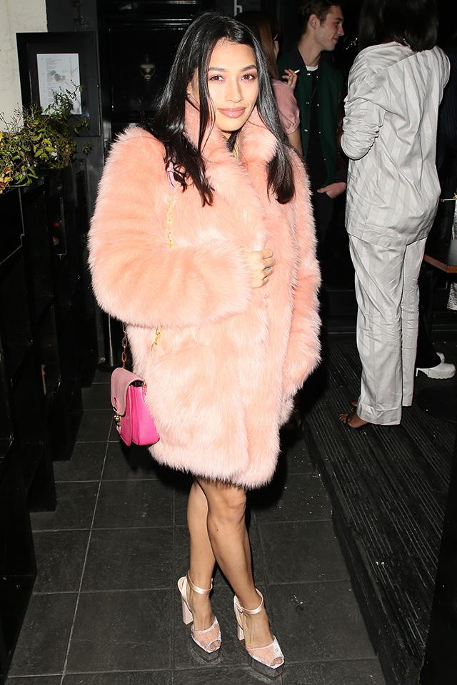 華やかでゴージャスな印象があるフォーコートだけど、パウダーピンクをチョイスすれば、ガーリーで可憐な雰囲気に仕上がる。シューズはコートとリンクする色を、バッグはトーンをアップして、全身ピンクで攻めたスタイルが新鮮。