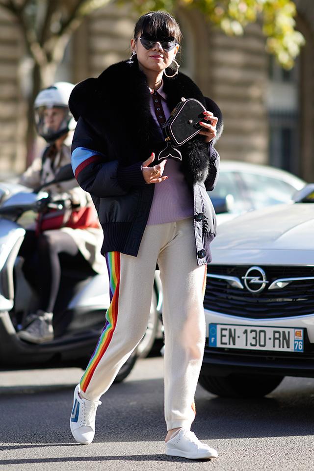ニットパンツのカジュアルな装いにファーケープをオン! 一気に華やかさも、モード指数も高まる、センスある着こなし。ファーアイテムをデイリーに取り入れられるコーディネイトは真似したい。