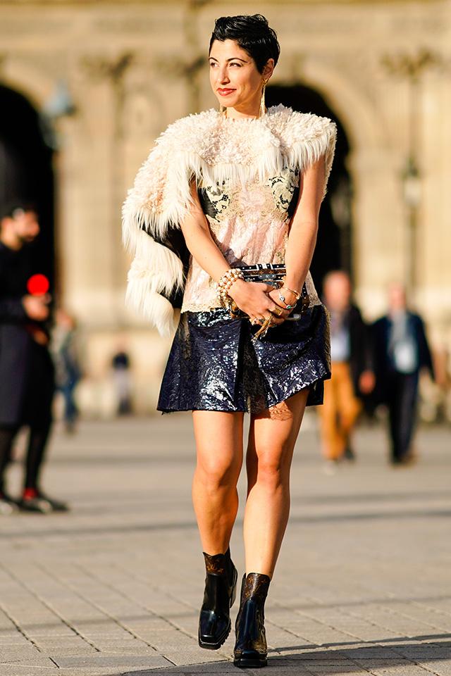 ドレスアップの仕上げはファーケープで決まり。ストールのような、つけ襟のようなデザインはコーディネイトしやすいうえ、オフホワイトはどんな色にもなじみやすいし、華やかさもあり!