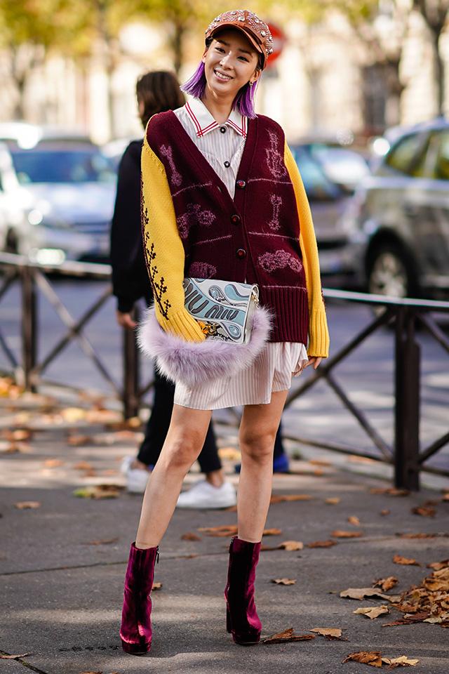 モデルのアイリーン・キムは、ハンドル部分にファーがあしらわれたハンドバッグをクラッチ風に。ニットカーディガンやベロアのブーツなど、冬素材をミックスしたらスタイルがおしゃれ!