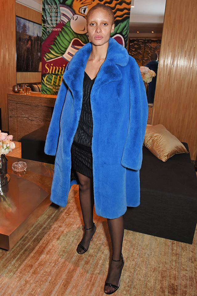 ミニマルなブラックドレススタイルに鮮やかなブルーコートが映える。シンプルだからこそ、アイテムひとつひとつの質感にこだわってコーディネイト。控えめなアクセ使いもおしゃれに魅せるコツ。