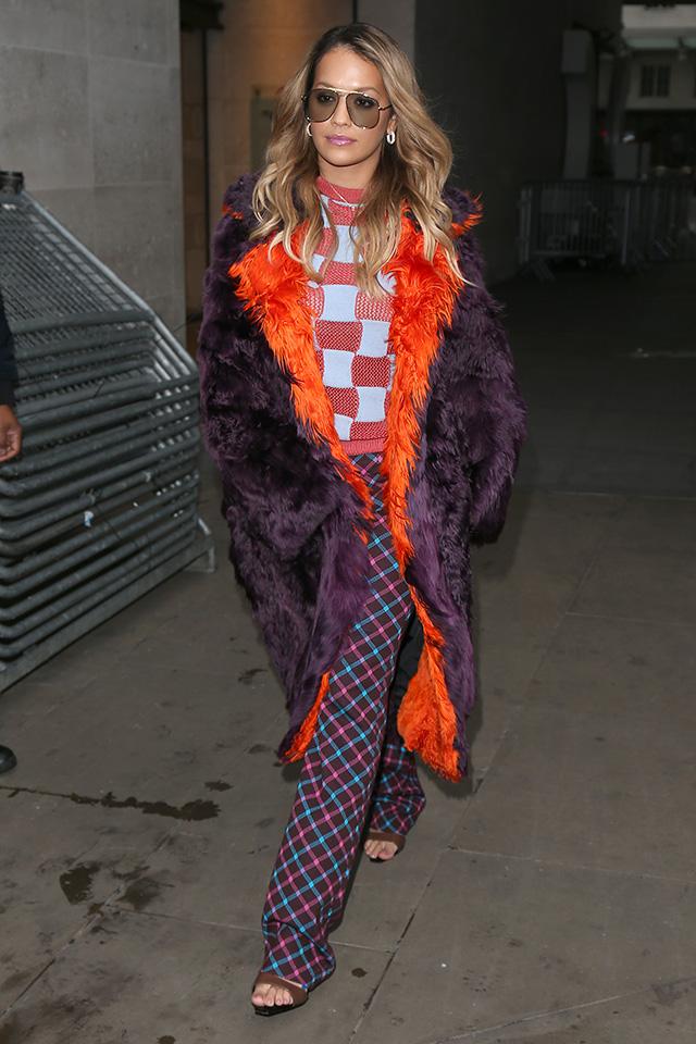 いつも個性的なファッションを見せてくれるリタ・オラ。柄×柄のコーディネイトに、さらに2トーンカラーのファーコートを合わせて、どこまでもゴーイングマイウェイなスタイルに。おしゃれ上級者ならではなスタイリング!