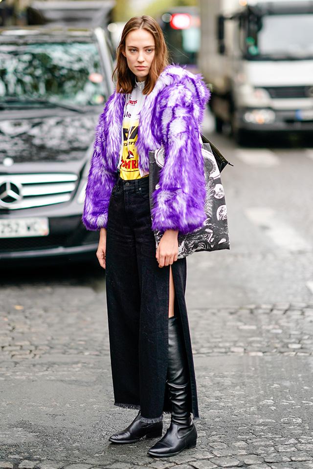 パーカ感覚で着られるショート丈のファーコート。カジュアルなTシャツルックにも合わせやすいうえ、いつもとは違った印象に仕上げてくれる。ボトムをブラックカラーでまとめたことでモードな表情に。