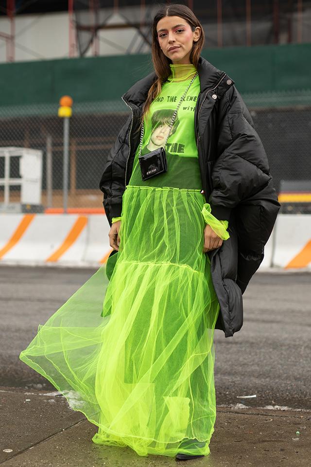 プリントTシャツのストリート感あるコーディネイトに、ネオングリーンの透け感あるワンピースをレイヤード。一気にユニークさが高まり、個性的なコーディネイトが完成する。首掛けしたウォレットバッグもナイス!
