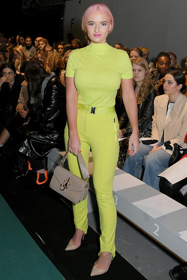 イエロー寄りのネオングリーンを思い切って全身で取り入れたスタイルは個性的。バッグやシューズはベーシックカラー&クラシックなデザインで揃えることで、きちんと感も出せるかる品よくまとまる。