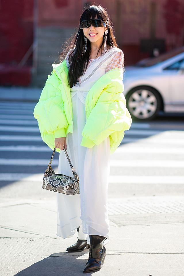 ホワイトコーデにパステル調のネオングリーンのアウターが爽やかでクリーンな印象。サイバーな雰囲気のサングラスやスネーク柄のバッグなど、小物使いで辛口なエッセンスを取り入れて。
