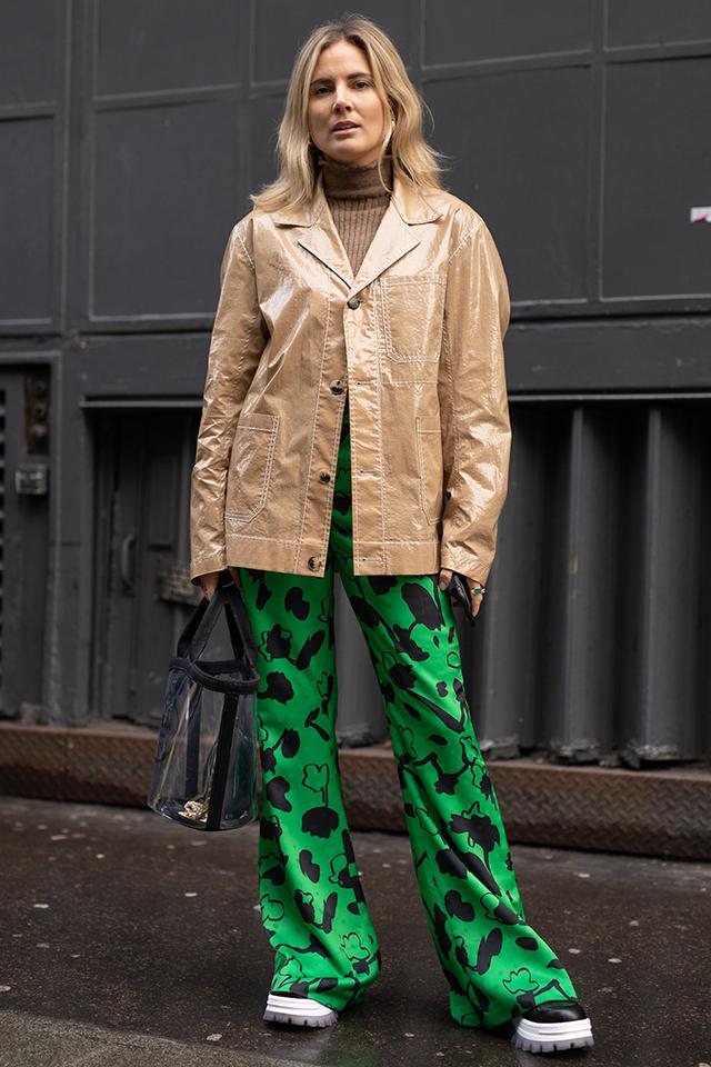 フレアパンツはデザインや色使いで今年らしくアップデート。その他をブラックやベージュとベーシックカラーでまとめたことで、パンツが際立つコーディネイトに。PVC素材のジャケットやバッグもセンスあり!
