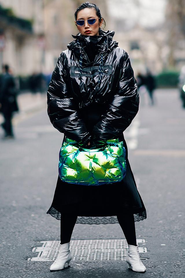 鱗のように輝くダウン素材のバッグは、トレンドカラーをチョイスしてブラックコーデのアクセントに。アウターとの素材合わせにもこだわりを感じる。足元はホワイトブーツで軽やかさを演出。