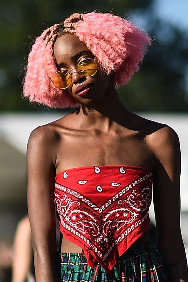 切り揃えられたボリューム感あるワッフルヘアにピンクのカラーリングがおしゃれ! 存在感があるヘアスタイルだから、コーディネイトはタイトなシルエットに仕上げて、グッドバランスをキープして。