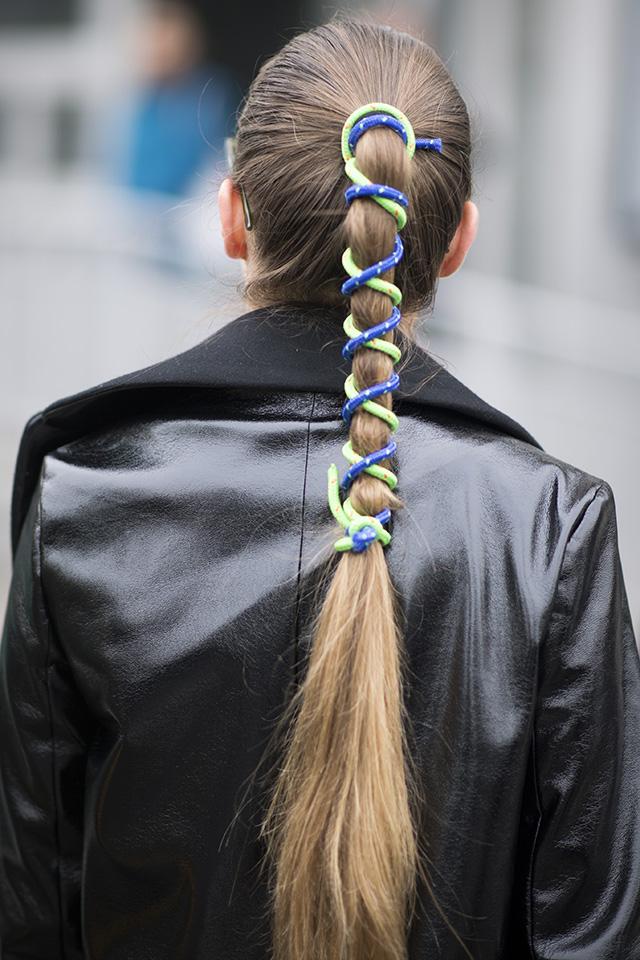 定番的なヘアアレンジはアクセで遊ぶのがファッショニスタ流。タイトにまとめたポニーテールにはカラフルな紐をダブル使いして、バックスタイルで魅了して。不器用さんでも真似しやすいのも◎。
