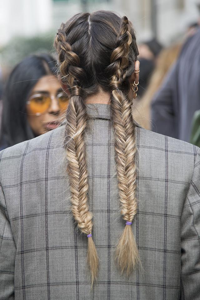 定番となったフッシュボーンは編み込みと組み合わせて、こだわりのあるヘアスタイルに仕上げて。マニッシュなスタイルにも、ガーリーなファッションにも取り入れられるマルチなアレンジ。