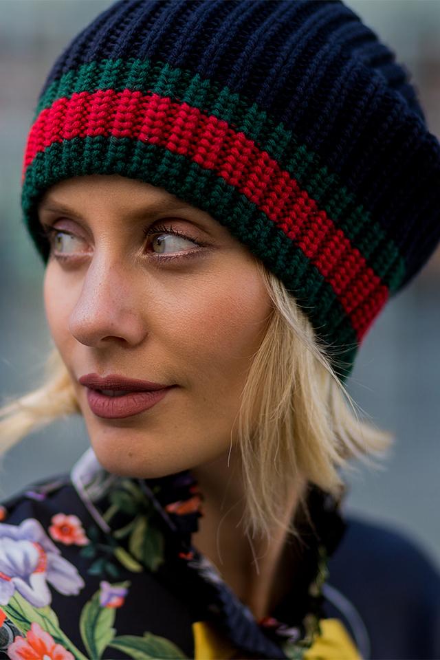 ネイビー×ディープグリーン×レッドのシンプルなニット帽は、目深にかぶってメンズライクな雰囲気を演出。スタンダードなデザインだから、どんなスタイルにも合わせやすい着回し力がGood♪