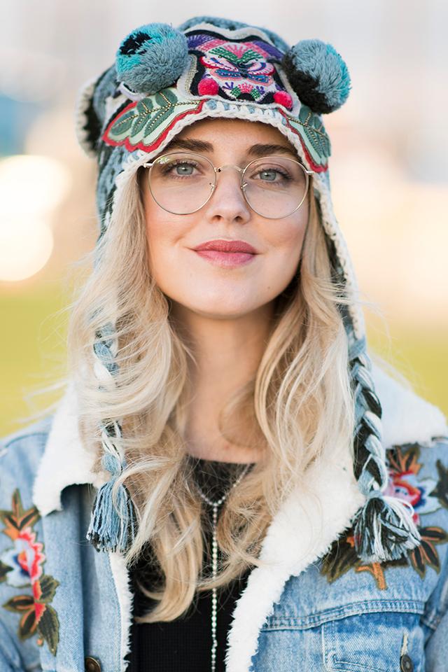 スナップ常連のキアラ・フェラーニは、刺しゅうとポンポンをミックスしたユニークなニット帽をオン! ストリート感のあるスタイルがおしゃれ。ギークなメガネと合わせるあたりがおしゃれ上級者ならでは。