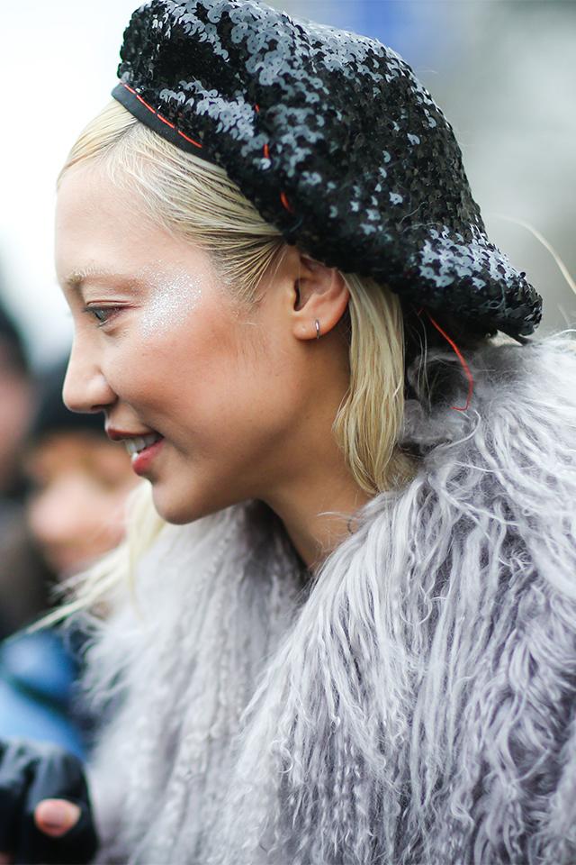 人気モデル、スー・ジョー・パークは、スパンコールのベレー帽をファーコートと合わせてとことんゴージャスに。ブランドヘア×スパンコールがモードな雰囲気を高めている。トゥーマッチにならないようにその他のアクセサリーは控えめに。