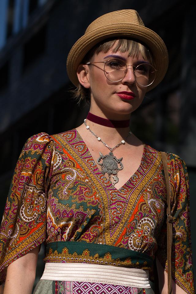 民族衣装のようなスタイルに、シンプルなハットをプラス。ウエアにインパクトがある分、小物でバランスをとったスタイリングはおしゃれ上級者のテクニック。メタリックフレームメガネでさりげなくギークなテイストをミックスしているのもさすが。