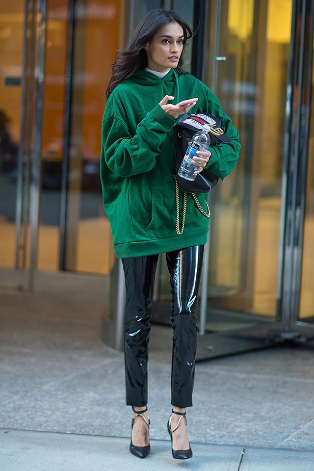 ビッグサイズのフーディを、エナメル加工のハードなパンツとスタイリングして、モードミックスな着こなしがおしゃれ! ハイネックとの重ね着もセンスあり。足元にはレディライクなヒールを投入して、フェミニンさをトッピングして。