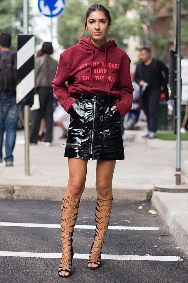 大きすぎずジャストすぎない、程よいサイズ感のフーディは、タックインして着こなしたい。レザースカート、グラディエーターブーツと、モードなアイテムと合わせれば、ストリート感が緩和されスタイリッシュに!