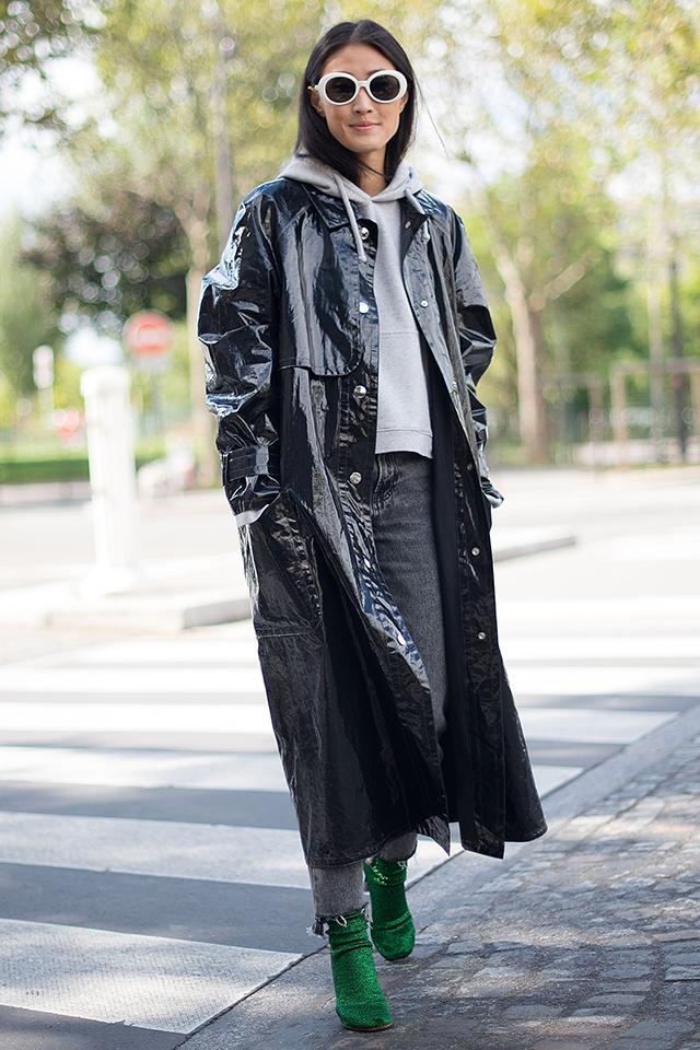 グレーのフーディ×切りっぱなし加工のデニムと、シンプルなスタイリングだけど、光沢感のあるロングコートを合わせることで個性的なスタイルに。脚元のグリーンカラーのブーツも効果的♪