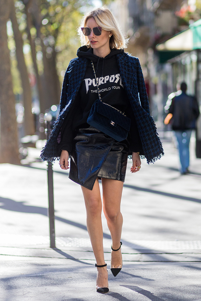 ストリート感が強いロゴデザインのフーディは、ジャストサイズがグッド。アシンメトリーなミニ丈スカートな、華奢なシューズと合わせれば、女性らしいスタイルが完成する。アウターを肩掛けすればこなれ感が出せる。