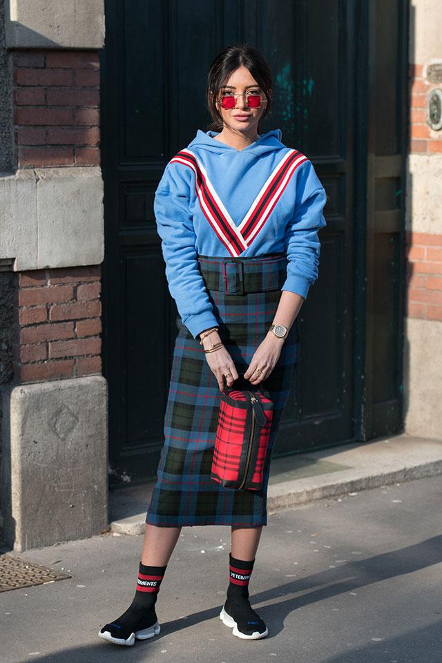 鮮やかなブルーにVラインのデザインがインパクトあるフーディは、タイトなスカートでグッドガールな印象に仕上げて。足元はソックス×スニーカーで、スポーティなエッセンスを取り入れるのが今の気分にマッチ。