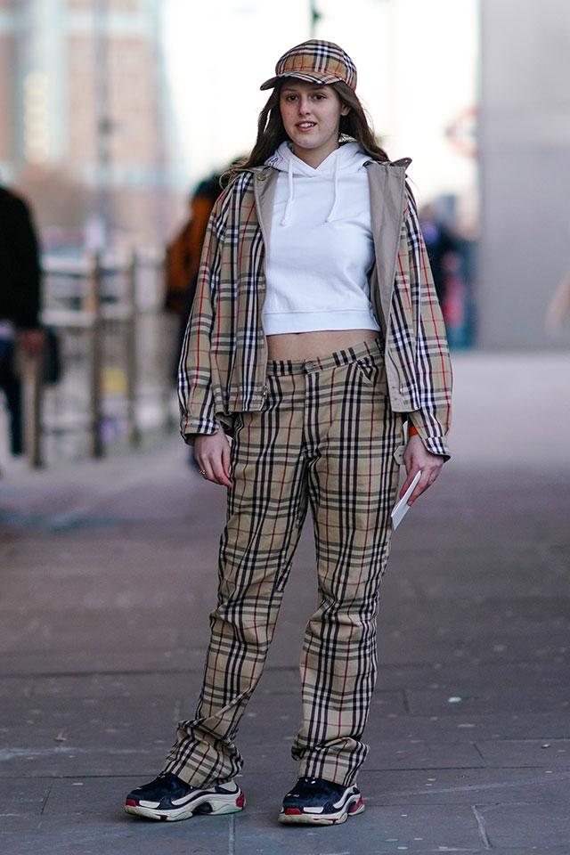 小さめのサイジングでヘルシーにへそ見せ。これからの季節に活躍しそうなスタイリング! 象徴的なチャック柄をジャケット、パンツ、キャップの3点で揃えて、ストリートモードに仕上げて。