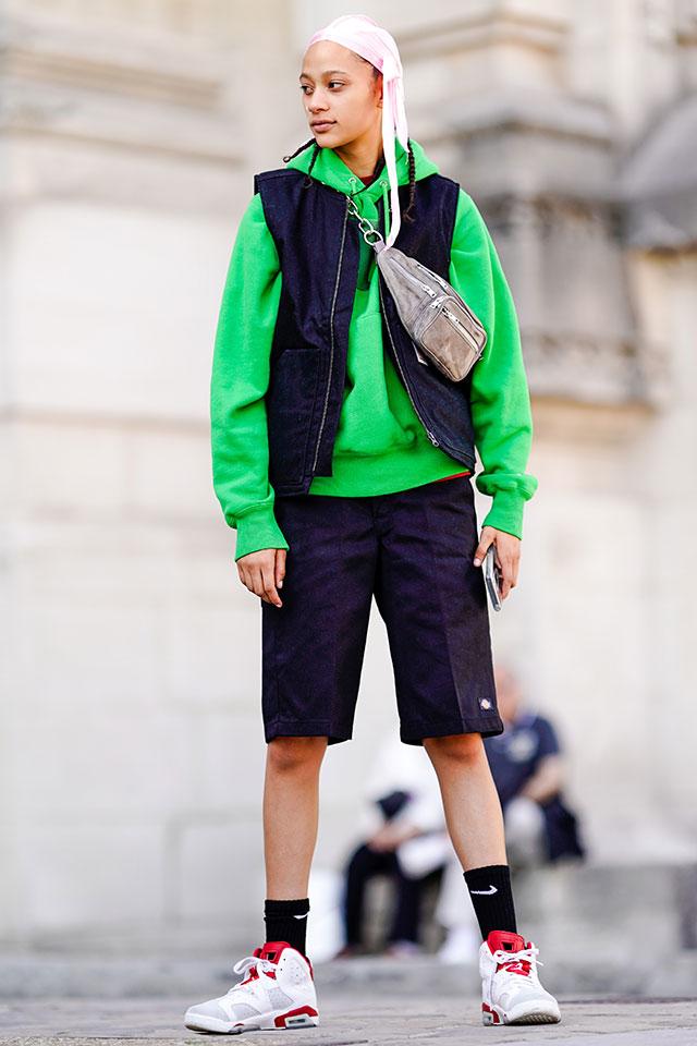 鮮やかなグリーンが目を引くビッグサイズのパーカーは、とことんスポーティなストリート感あるスタイルにコーディネイト。遊び心あるユニークなヘアスタイルや、トレンド感あるウエストバッグも効果的。
