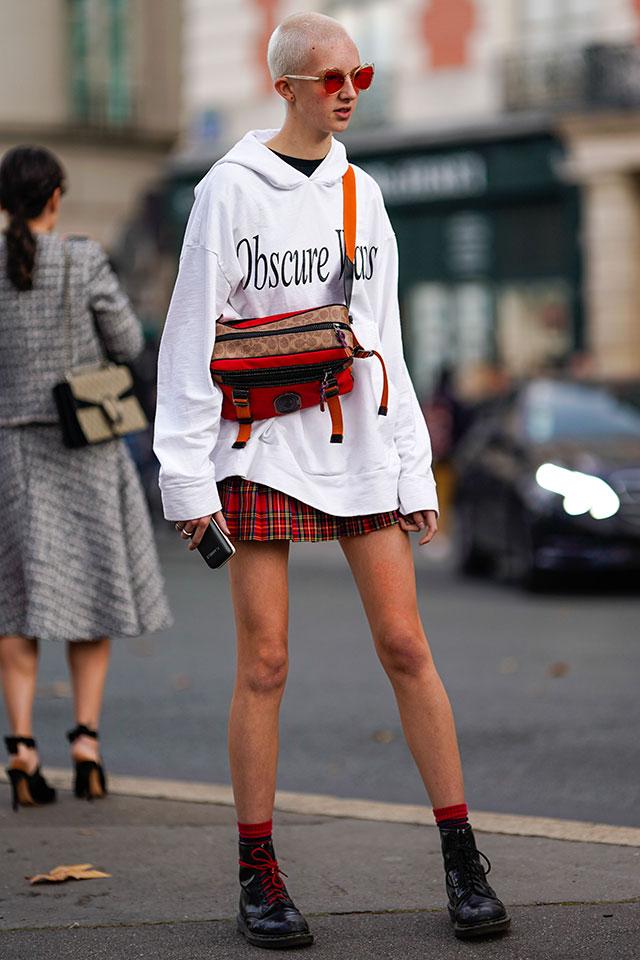ワンピースっぽく着こなしたパーカーをミニスカートと合わせたアクティブなスタイル。レッドカラーをアクセントにすることで女性らしさがキープできるから、ボーイッシュな雰囲気とのミックススタイルを楽しんで。