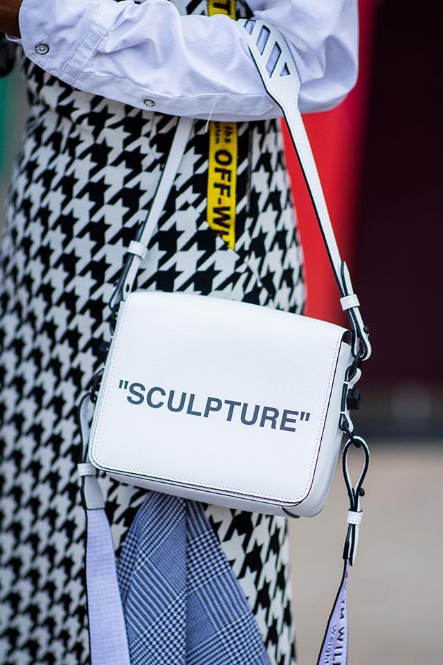 スポーティな装いを楽しみたい派は、メッセージデザインのミニバッグがおすすめ。シンプルなデザインだから、コーディネイトにすっとなじんでくれる。ベーシックカラーなら着回し率もアップ!