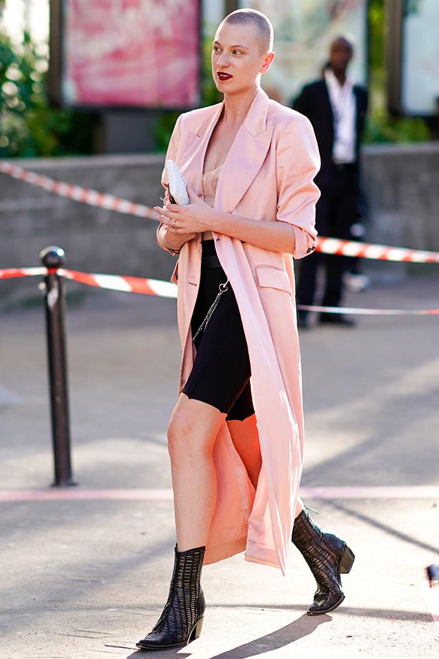 ロング丈のジャケットは羽織るだけでクールなスタイルが完成する。ブラックスタイルにあえてペールピンクのジャケットをインして、フェミニンさもプラス。ミニ×ロング丈の組み合わせはこの秋、トライしたいスタイリング。