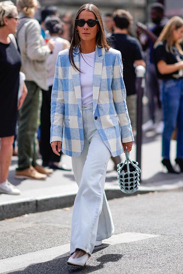ブルー×ホワイトのブロックチェック柄のジャケットは、ダークカラーにまとまりがちな秋冬スタイルを爽やかにしてくれる。Tシャツとデニムのスタンダードなコーディネイトに取り入れるだけで、グッとおしゃれになる。