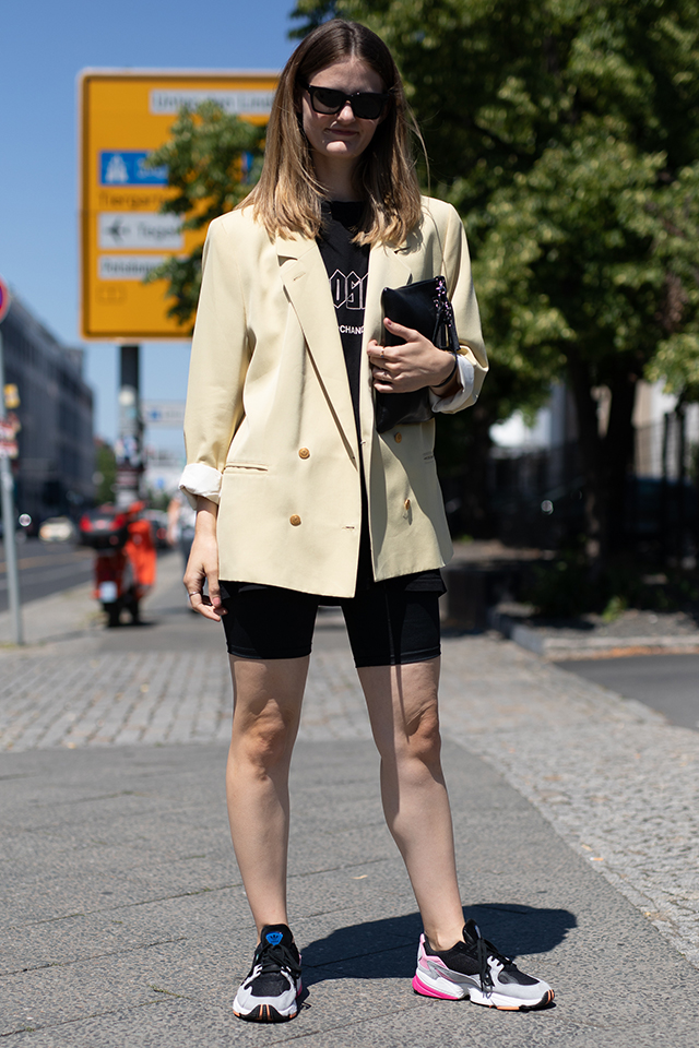 Tシャツ×レギンスショートパンツのラフなスタイルに、メンズライクなジャケットをオン。ブラックカラーのクラッチバッグと相まって一気にモードな雰囲気に。足元はトレンド感あるスニーカーで決まり。